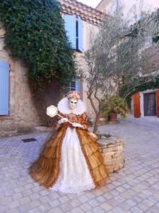 merci à pierrette Pelofi-Robes pour cette jolie photo sur une  placette sympa ...
