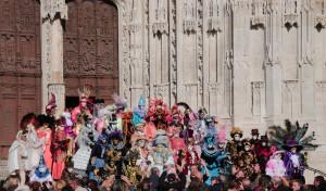 foule des photographes, et du public pour prendre les costumés sur le parvis de la cathédrale (photo P Dautry)
