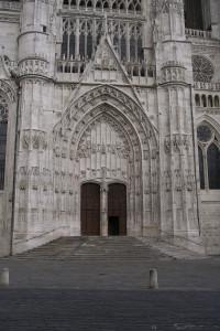 le parvis de la cathédrale