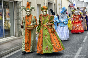 défilé dans la rue principale d'Etaules