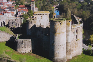 vue aérienne du chateau de Clisson (photo sur un mur )