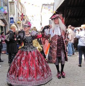 Casanova et la danseuse mènent les défilés avec grâce
