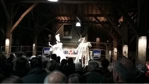 (photo mairie de clisson ) les deux présentateurs Casanova et la danseuse