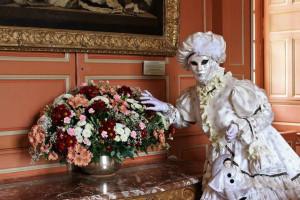 de magnifiques bouquets de fleurs fraiches ornent les escaliers et les différentes pièces du chateau (photo Pyvars)